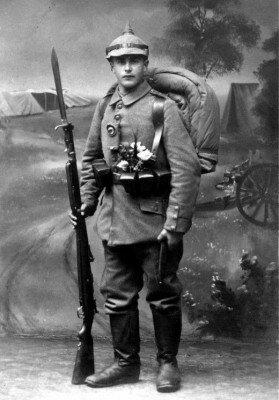 Немецкий солдат времён Первой Мировой с цветами за поясом